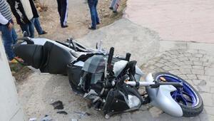 Motosiklet yayaya çarptı: 2 yaralı