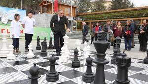 Başkan Yılmaz gençlerle satranç oynadı