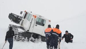 Su arızı ekibi, Mehmetçiğin paletli kar aracıyla 2 bin 700 rakımlı bölgeye ulaştı