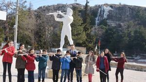 Apollon ile Marsyas'ın 'kapıştığı' Dinar'da, müzik yarışması sırası çocuklarda...