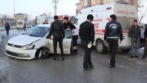 Refüje çarpan otomobilde sıkışan sürücü güçlükle kurtarıldı
