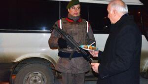 Vali Şahinden askere ve polise tatlı ikramı