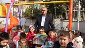 Suluova Belediyesi'nden kardeş okuluna çocuk oyun parkı