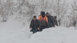 Öğrenciler, köy yolu açılmayınca Muşa yürüyerek gitti