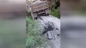 Kamyonu kaldıramayan ahşap köprü böyle çöktü