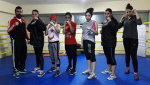 Kadın boksörler, madalya için ringe çıkıyor