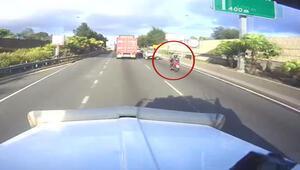 Trafikte aniden duran kamyonet kazaya davetiye çıkardı