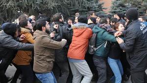 Akademisyenlerin protesto yürüyüşünde arbede
