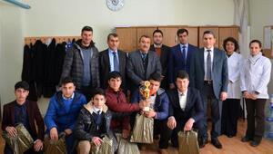 İlçe Milli Eğitim Müdürü başarılı öğrencileri ödüllendirdi