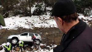 Dereye uçan otomobilin sürücüsü yara almadan kurtuldu