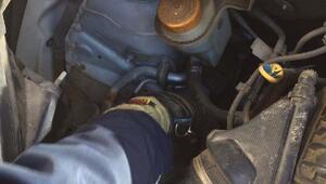 Aracın motoruna sıkışan kedi 1 satte kurtarıldı