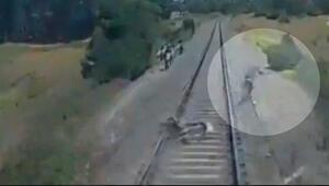 Motosikletli trenin altında kalmaktan son anda kurtuldu