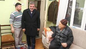 Başkan Özdemir, 15 Temmuz şehidinin ailesine özel tablo hediye etti