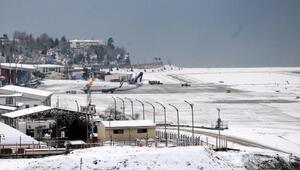 Trabzonda kar yağışı uçak seferlerini aksattı