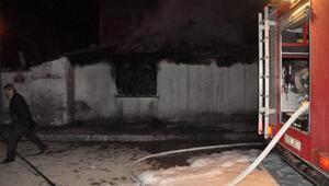 Ateşe verdiği evde dumandan zehirlendi