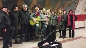 Çelik, Taksim Metrosunda Şarkı Söyledi, Görenler Gözlerine İnanamadı