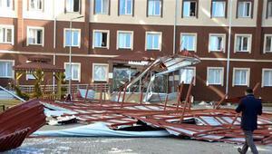 2000 öğrencinin kaldığı kız öğrenci yurdunun çatısı çöktü