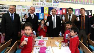 Vali Işık öğrencilere süt dağıttı