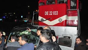 Tren, otomobile çarptı: 1 ölü, 4 yaralı