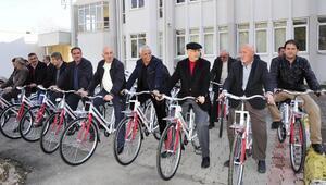 Finikede muhtarlara bisiklet dağıtıldı