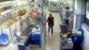 Markette maskeli, silahlı soygun güvenlik kamerasında