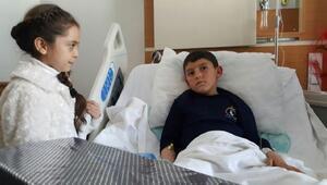 Suriyeli Bana, bacakları kopan Abdulbasit'i hastanede ziyaret etti