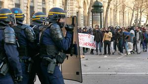 Paris'te göstericiler polisle çatıştı