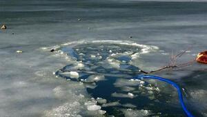 Buz tutmuş gölete düşen çocuk kayboldu