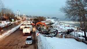 Edremit sahilindeki kaçak yapılara şafak operasyonu