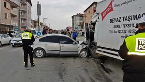 Otomobil kamyonete çarptı: 4 yaralı