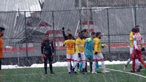 Futbolcusu hakemin yüzüne forma atan amatör takım 3-0 mağlup