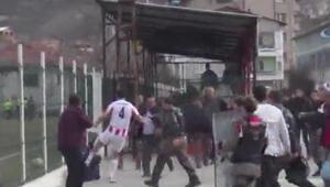 Futbolcu çıldırdı Taraftara tekme tokat saldırdı...