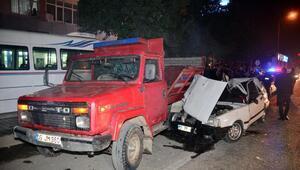 Otomobil, kamyonete çarptı: 3 yaralı