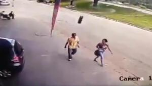 Fırlayan otomobil lastiği adamı böyle yere serdi