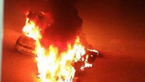 Mersinde park halindeki 2 otomobil ateşe verilerek yakıldı