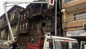 Tarihi binanın risk taşıyan bölümleri söküldü