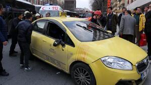 Şişlide kaza sonrası araçta sıkışan sürücüyü vatandaşlar kurtardı