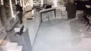 Eczaneden bilgisayar hırsızlığı kamerada