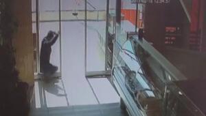 Açık sandığı kapının camına çarptı
