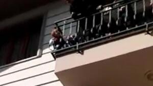 Kafası balkon demirlerine sıkıştı