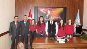 Dereceye giren öğrenciler, Milli Eğitim Müdürünü ziyaret etti
