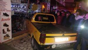 Alkollü ve ehliyetsiz sürücü kamyonetle mağazaya daldı