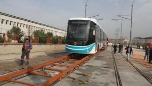 İlk tramvay raylara indi