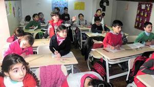 Suriyeliler için 2 bin 78 eğitim personeli alınacak