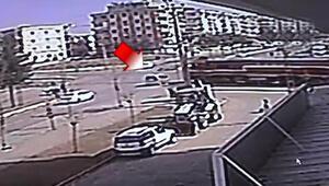 Trenin otomobile çarpma anı güvenlik kamerasına yansıdı