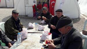 Depremzedelere Bayramiç elması ikram ettiler