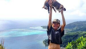 Yelkenli ve kedisiyle dünyayı geziyor