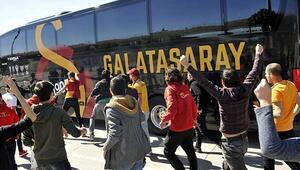 Galatasaraya Antalyada büyük şok Taraftarlar takım otobüsünü yumrukladı...