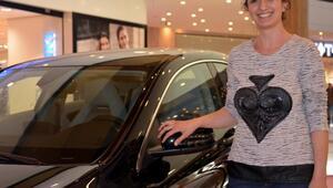 Eşini beklerken lüks otomobil sahibi oldu