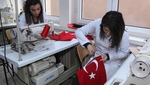Kız öğrenciler şehitler için 250 Türk bayrağı dikti